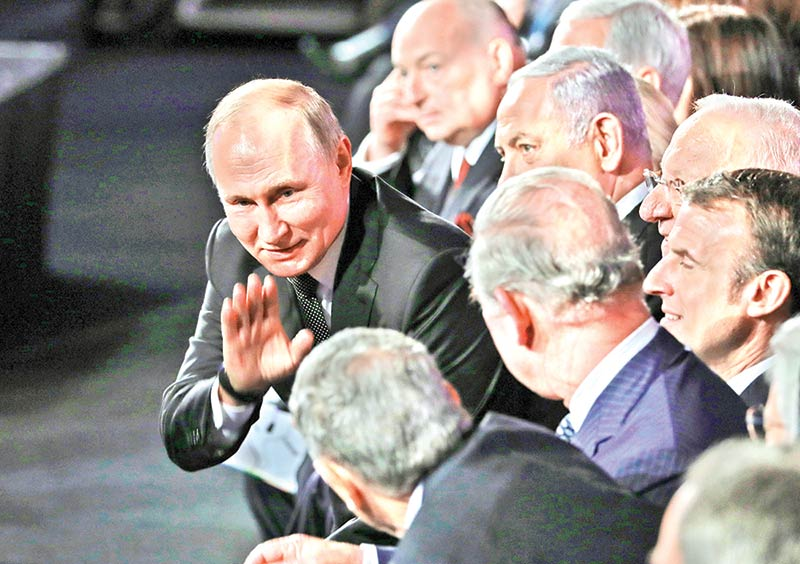 Russian President Vladimir Putin greets counterparts and officials attending the Fifth World Holocaust Forum at the Yad Vashem Holocaust memorial museum in Jerusalem on January 23. World leaders travelled to Israel this week to mark 75 years since the Red Army liberated Auschwitz, the extermination camp where the Nazis killed over a million Jews.photo : AFP