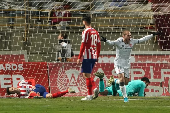 Atletico Madrid's Spanish goalkeeper Antonio Adan (R, down) fails to stop an effort by Cultural Leonesa's Julen Castaneda (not pictured) during the Copa del Rey (King's Cup) knockout match. Photo: AFP
