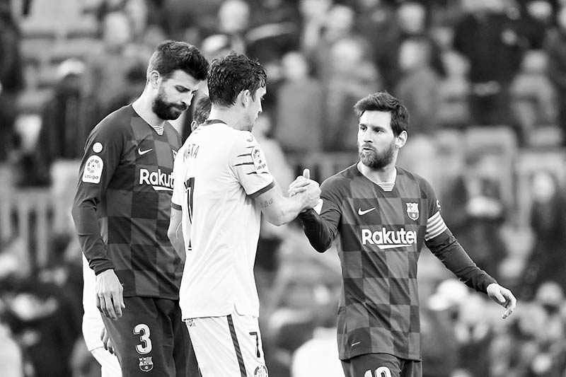 Getafe's Spanish forward Jaime Mata (C) shakes hands with Barcelona's Argentine forward Lionel Messi after the Spanish league football match between FC Barcelona and Getafe CF at the Camp Nou stadium in Barcelona on February 15, 2020.photo: AFP