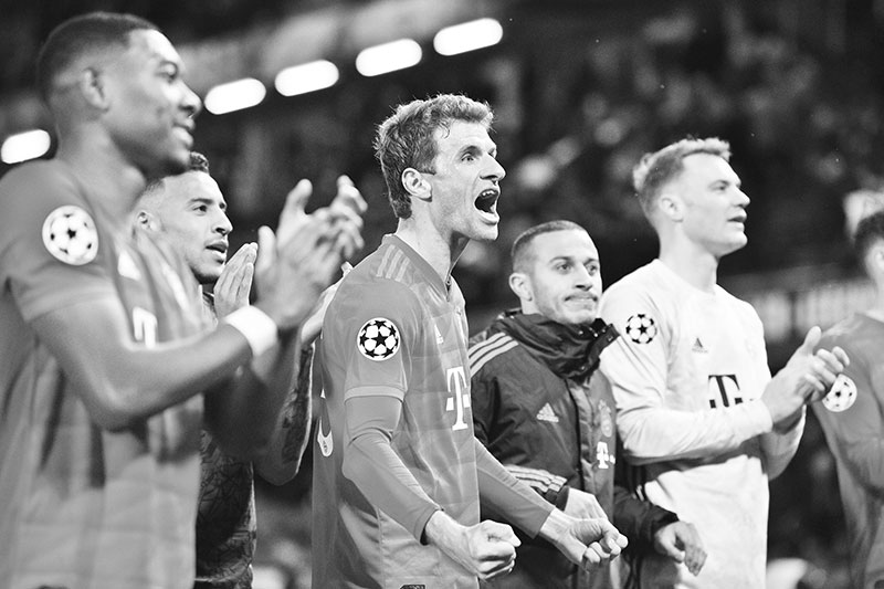 Bayern Munich's German striker Thomas Mueller (C) and teammates celebrate their win with their supporters after the UEFA Champion's League round of 16 first leg football match between Chelsea and Bayern Munich at Stamford Bridge in London on February 25, 2020. photo: AFP