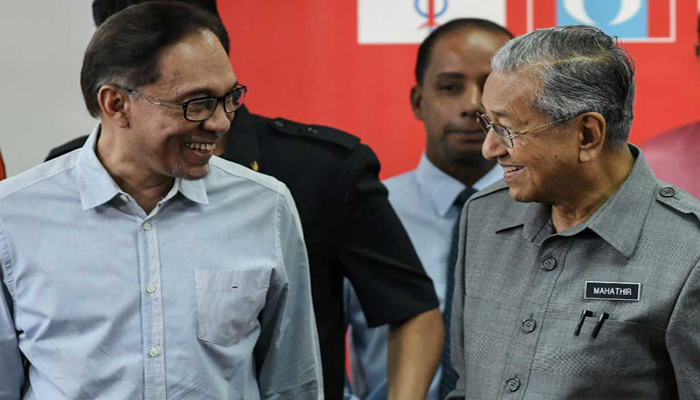 Malaysia's Prime Minister Mahathir Mohamad (R) and politician Anwar Ibrahim, leave after a press conference in Kuala Lumpur on June 1, 2018. Photo: Reuters