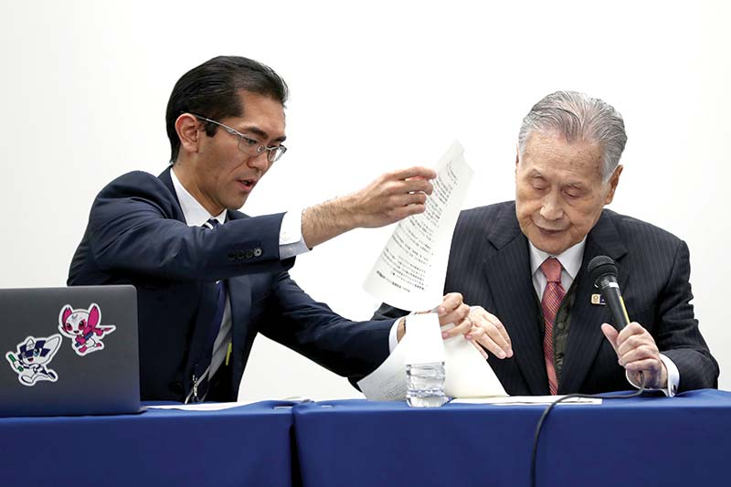 Tokyo 2020 president Yoshiro Mori (R) attends a press conference in Tokyo on March 24, 2020. - The International Olympic Committee came under pressure to speed up its decision about postponing the Tokyo Games on March 24 as athletes criticised the four-week deadline and the United States joined calls to delay the competition. photo: AFP