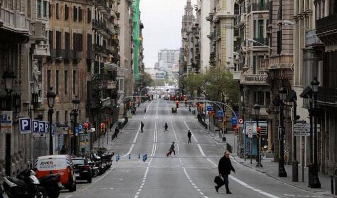 People walk in Via Laietana street during the outbreak of the coronavirus disease (COVID-19), in Barcelona, Spain, March 31, 2020.  Photo: Reuters