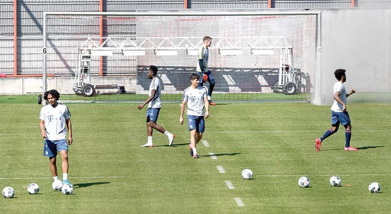 (L-R) Bayern Munich's Dutch striker Joshua Zirkzee, Bayern Munich's Canadian midfielder Alphonso Davies, Bayern Munich's Polish striker Robert Lewandowski and Bayern Munich's French defender Kingsley Coman attend a training session at the team's training area in Munich, southern Germany, on April 6, 2020.photo: AFP