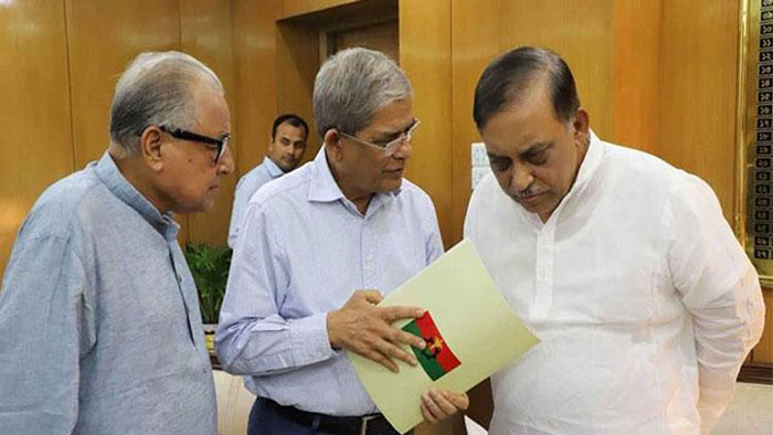 BNP Secretary General Mirza Fakhrul Islam Alamgir talks to Home Minister Asaduzzaman Khan Kamal at the latter's office at Bangladesh Secretariat. BNP Standing Committee member Nazrul Islam Khan looks on. UNDATED FILE PHOTO: DAILY OBSERVER