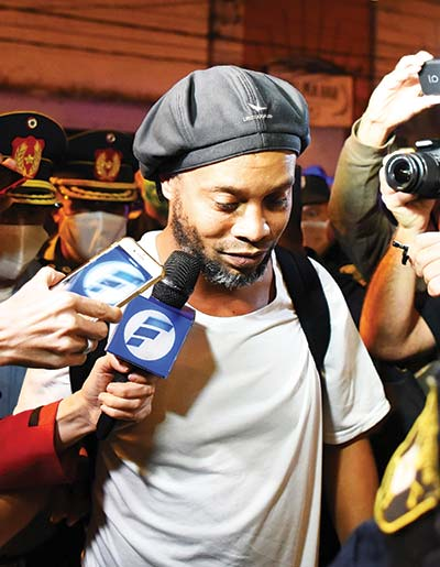 Brazilian retired football player Ronaldinho arrives at a hotel in Asuncion where he and his brother will serve house arrest after a judge ordered their release from jail on April 7, 2020. - A judge in Paraguay ordered the release of Ronaldinho and his brother Roberto Assis into house arrest after the siblings spent almost exactly a month in jail awaiting trial on charges of using false passports to enter Paraguay. Lawyers for the men posted bail of $1.6 million.photo: AFP