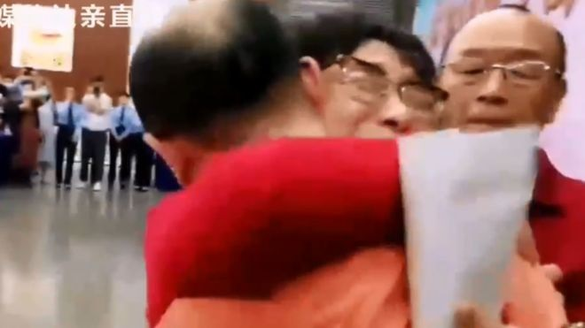The moment Li Jingzhi saw her son for the first time in 32 years --CCTV