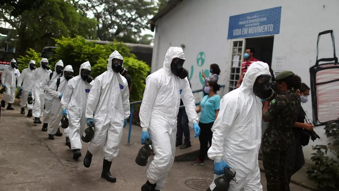 Brazilian army officers wearing protective gears arrive to disinfect the shelter Stella Maris Complex for elderly people, homeless and patients with mental disorders managed by the Rio de Janeiro City Hall amid concerns of the spread of the coronavirus disease (COVID-19), in Rio de Janeiro, Brazil May 14, 2020. © REUTERS/Pilar Olivares/File Photo