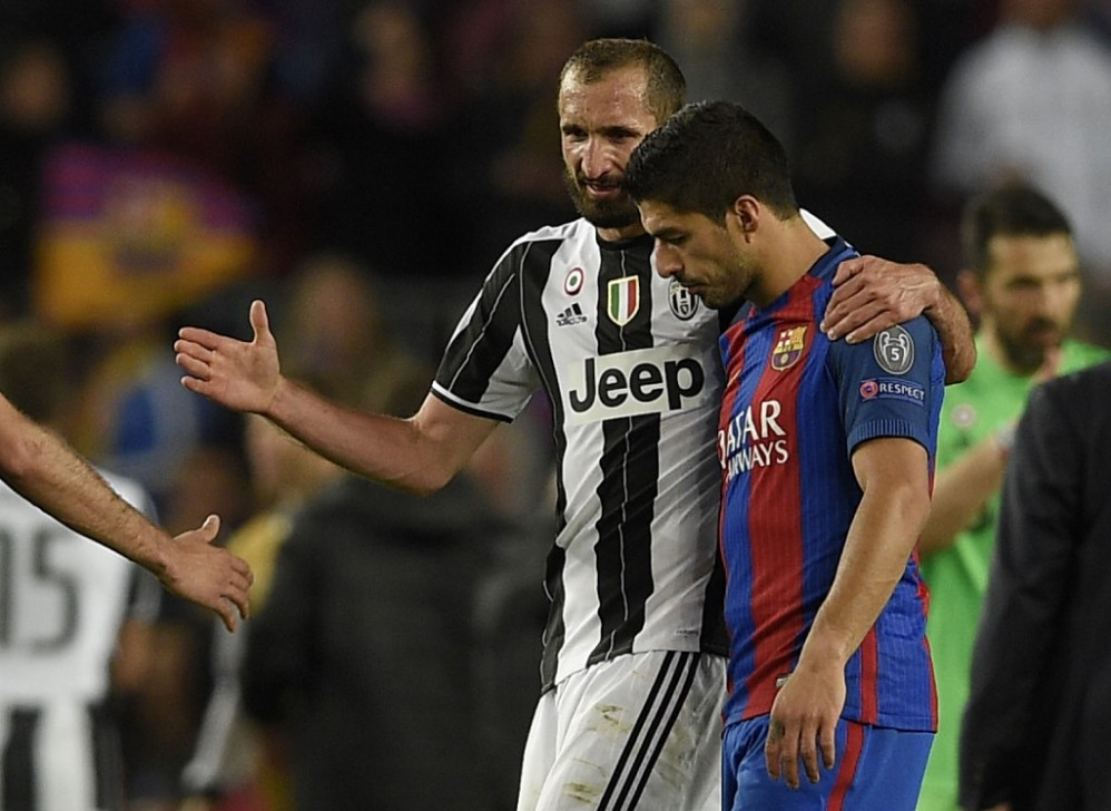 Juventu's defender Giorgio Chiellini (L) talks with Barcelona's Uruguayan forward Luis Suarez (R) after the UEFA Champions League quarter-final second leg football match FC Barcelona vs Juventus at the Camp Nou stadium in Barcelona on April 19, 2017. Photo: AFP
