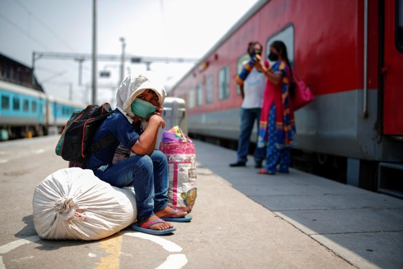A child sits on luggage at a platform as he waits to board a train at a railway station after a few restrictions were lifted during an extended nationwide lockdown to slow the spread of the coronavirus disease (COVID-19), in New Delhi, India, June 1, 2020. Photo: Reuters