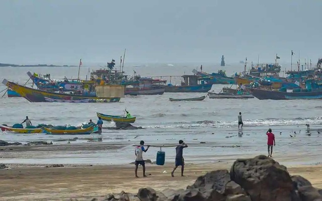Mumbai braces for severe cyclone, first in its history