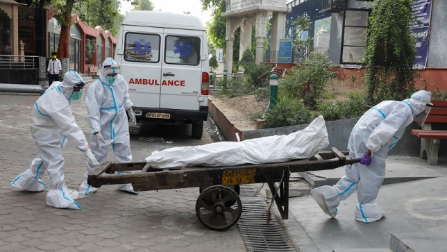 Health workers carry the body of a man who died due to the Covid-19 for his cremation, at a crematorium in New Delhi, India June 28, 2020. Photo: Reuters