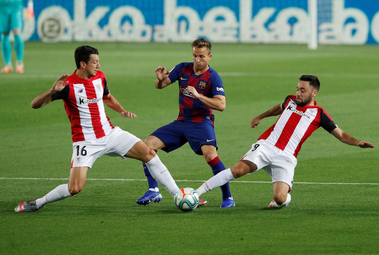 Barcelona's Arthur in action with Athletic Bilbao's Mikel Vesga and Unai Lopez, as play resumes behind closed doors following the outbreak of the COVID-19. Photo: Reuters