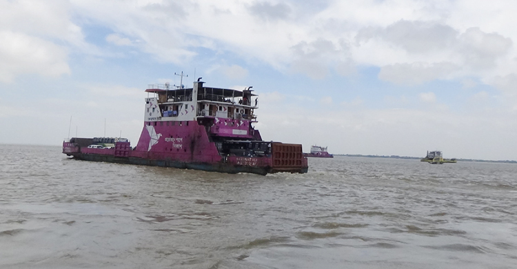 Over 150 trucks stranded on Padma for strong currents