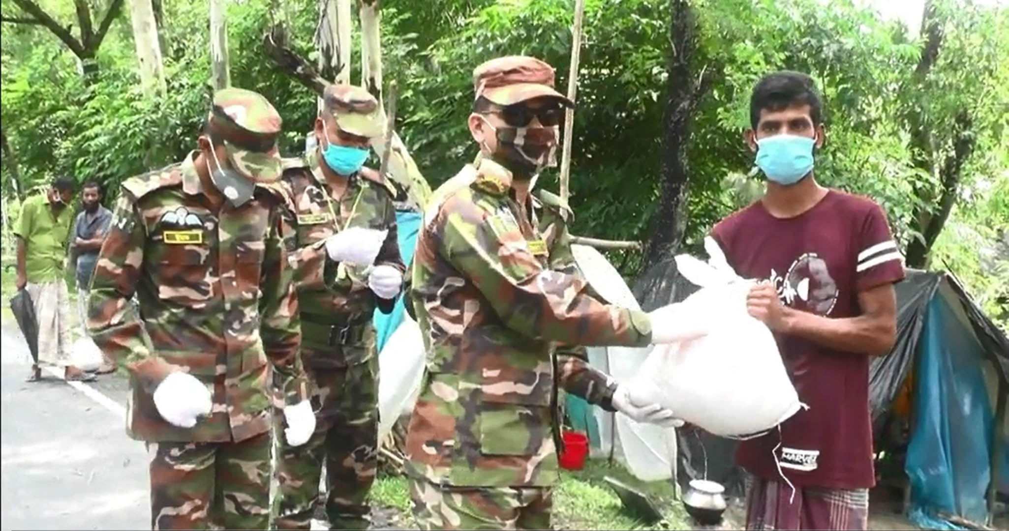 Army provides relief items to 300 flood-hit people in Kurigram