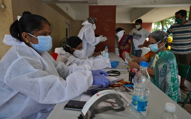 Health workers wearing protective gears record details of the residents during a check-up campaign for the coronavirus disease (COVID-19) in Mumbai, India, July 22, 2020. Photo: Reuters