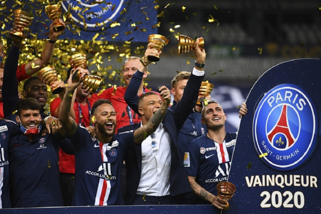 Paris Saint-Germain's Italian midfielder Marco Verratti (R), French forward Kylian Mbappe (2ndR), Brazilian forward Neymar (2ndl) and teammates celebrate their victory at the end of their French League Cup final football match against Olympique Lyonnais at the Stade de France in Saint-Denis on July 31, 2020. Photo: AFP