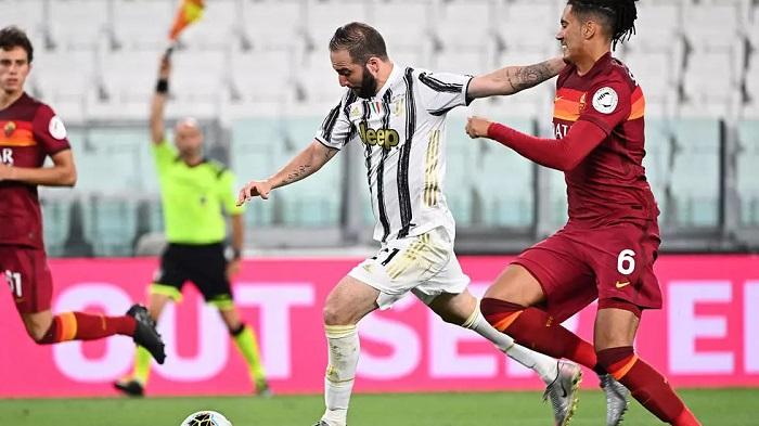 Juventus forward Gonzalo Higuain (L) scores against Roma. Isabella BONOTTO AFP