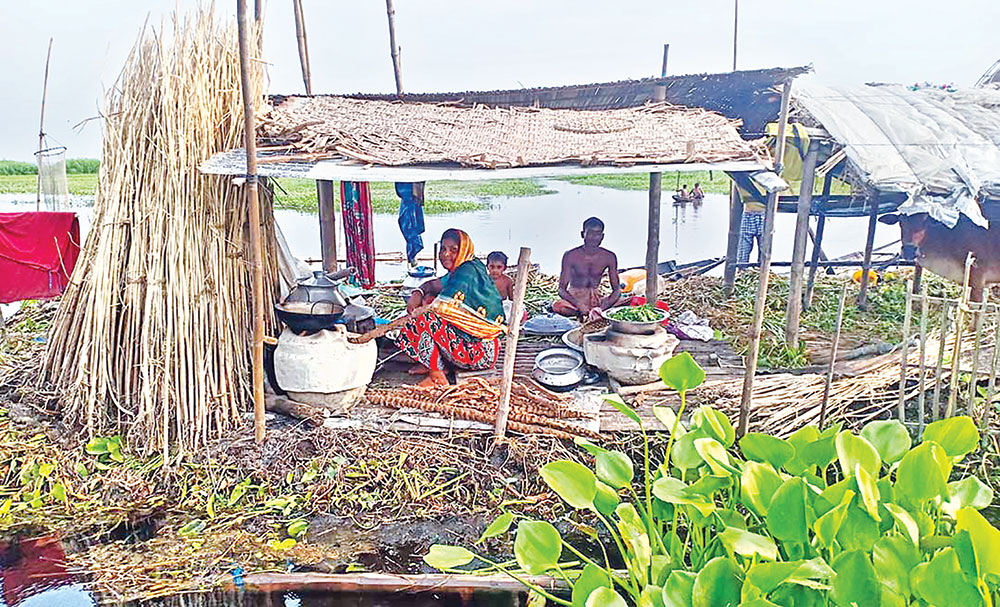 Villagers living on heaps of hyacinth