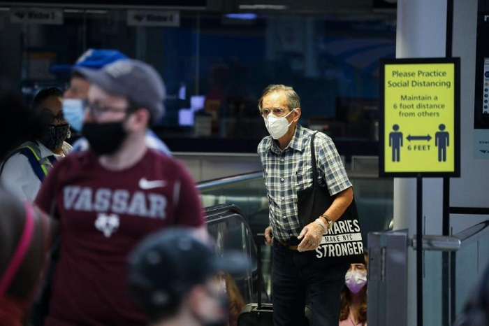 Passengers are seen at Penn Station in New York, the United States, on Aug. 6, 2020. (Xinhua/Wang Ying)
