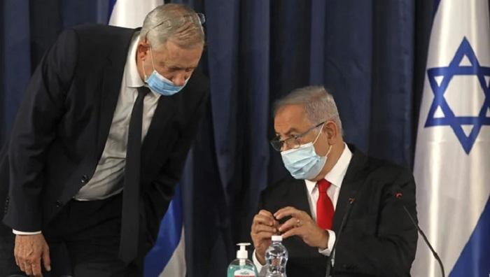 Israeli Prime Minister Benjamin Netanyahu, right, and Defense Minister Benny Gantz during the weekly cabinet meeting in Jerusalem, June 7, 2020. (AP Photo)