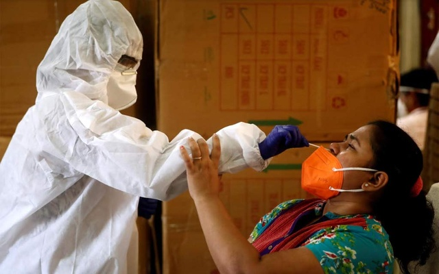 A health worker in PPE collects a swab sample from a woman during a rapid antigen testing campaign for the COVID-19 in Mumbai, India, September 7, 2020. Photo: Reuters