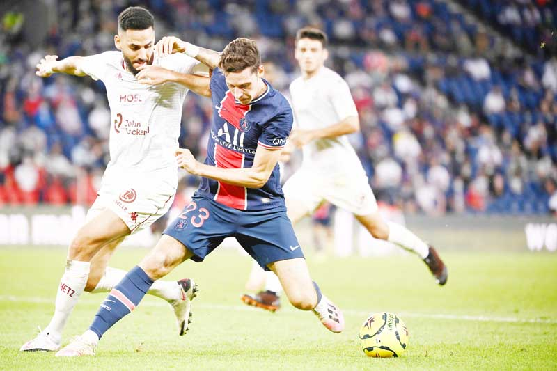 Paris Saint-Germain's German midfielder Julian Draxler (R) fights for the ball with Metz's Tunisian defender Dylan Bronn (L) during the French L1 football match between Paris Saint-Germain (PSG) and Metz, at the Parc des Princes stadium in Paris, on September 16, 2020.photo: AFP