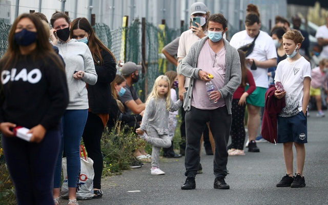 People queue at a test centre following an outbreak of the coronavirus disease (COVID-19) in Southend-on-sea, Britain Sept 16, 2020. Photo: Reuters