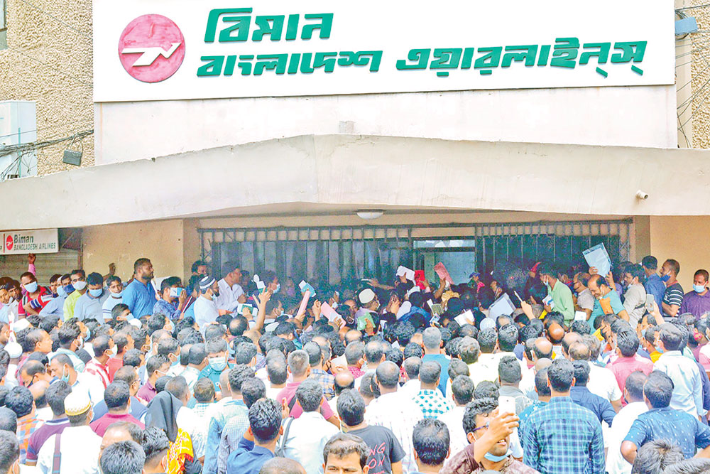 Bangladeshi migrant workers line up outside the Biman office in the capital on Saturday to buy tickets to return to Saudi Arabia. 	PHOTO: OBSERVER