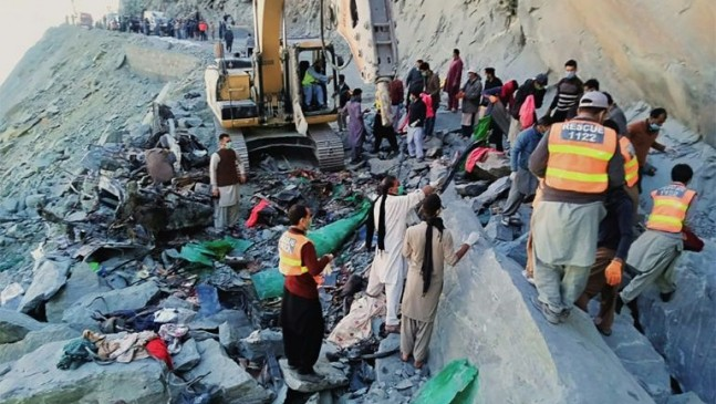 Rescuers search for the bodies of the victims following a landslide northern Pakistan. Photo: AFP