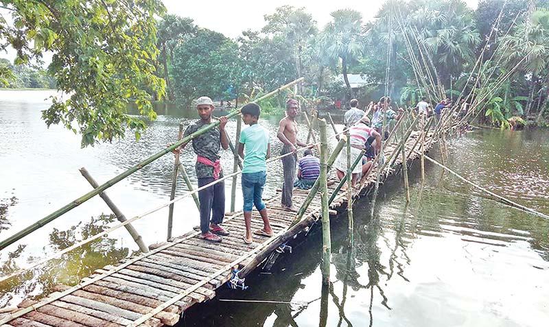 Villagers build bamboo bridge voluntarily
