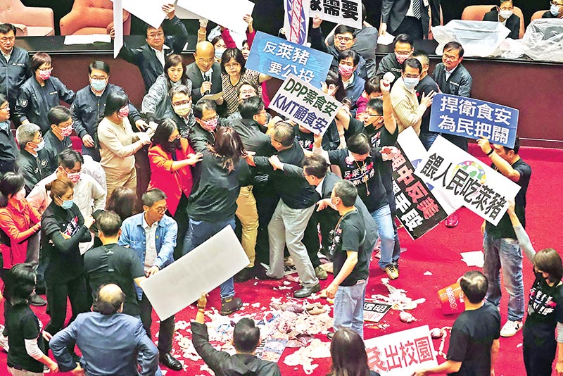Pork intestines and other organs are seen on the ground after Taiwan lawmakers threw the parts at each other during a scuffle in the parliament in Taipei, Taiwan, November 27.	Photo : Reuters