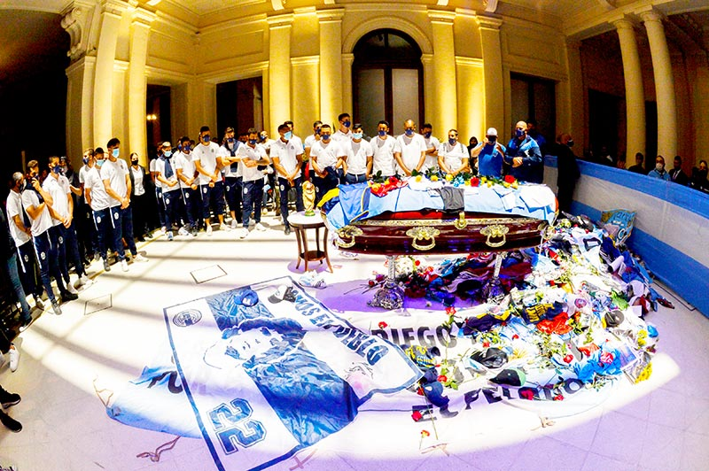 EDITORS NOTE: Graphic content / Handout photo released by Argentina's Presidency of players of Argentine football team Gimnasia y Esgrima La Plata paying tribute to the coffin of Argentine football legend Diego Maradona at the burning chapel of the Casa Rosada presidential palace in Buenos Aires on November 26, 2020.	photo: AFP