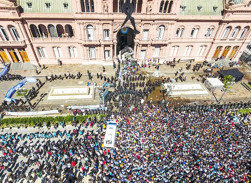 Photo released by Telam of the crowd outside Casa Rosada presidential palace during Argentinian football legend Diego Armando Maradona's wake, in Buenos Aires, on November 26, 2020. - Argentine football legend Diego Maradona will be buried Thursday on the outskirts of Buenos Aires, a spokesman said.	photo: AFP