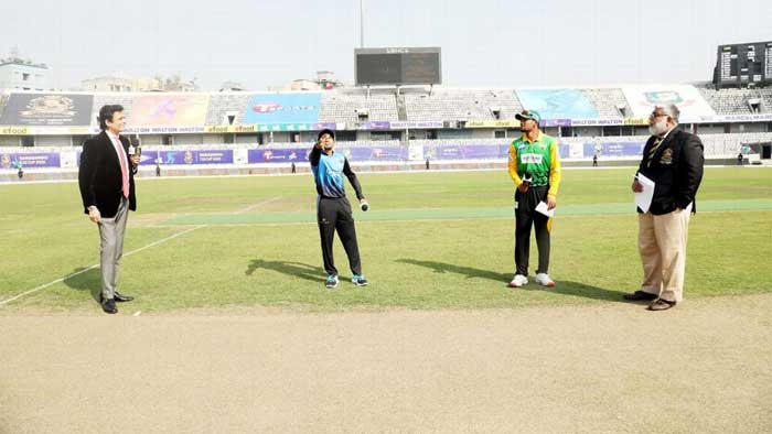 Captains Mushfiqur Rahim and Najmul Hossain Shanto during the toss in Bangbandhu T20 Cup --BCB