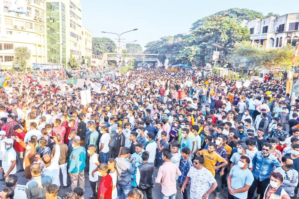 Muktijuddho Mancha blocked Shahbagh intersection in the capital for one hour on Saturday, demanding arrest of Maulana Mamunul Haque, Joint Secretary General of Hefazat-e-Islam and Syed Muhammad Faizul Karim, Senior Naib-e-Amir of Islami Andolan Bangladesh for opposing the establishment of Bangabandhu's sculpture.PHOTO: OBSERVER