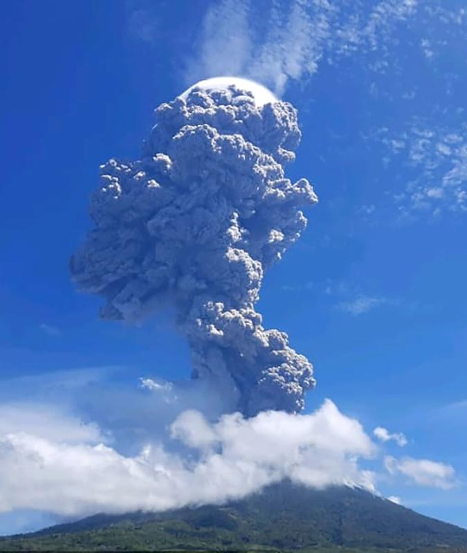 This handout photo taken and released on November 29, 2020 by the Geological Agency of Indonesia shows a volcanic eruption from Mount Ili Lewotolok in Lembata, East Nusa Tenggara spewing ash some 4,000 metres high. (Photo by HANDOUT / Geological Agency of Indonesia / AFP)
