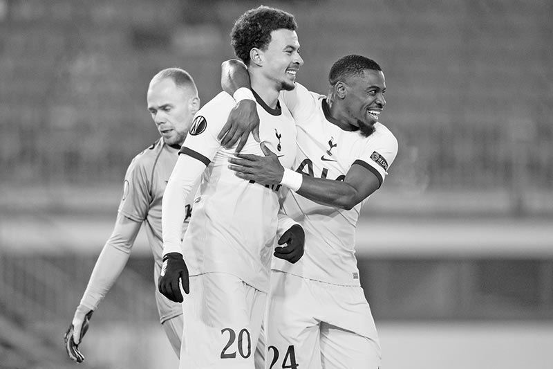 Tottenham's English midfielder Dele Alli (l) AND Tottenham's Ivorian defender Serge Aurier celebrate during the UEFA Europa League Group J football match between Linzer ASK and Tottenham Hotspur in Linz, on December 3, 2020.	photo: AFP