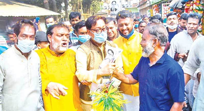 Awami League mayor candidate Rezaul Karim Chowdhury (top ) and BNP mayor candidate Dr Shahadat Hossain busy campaigning in the port city on Wednesday. Elections to Chattogram City Corporation (CCC) will be held on January 27.	photo : Observer