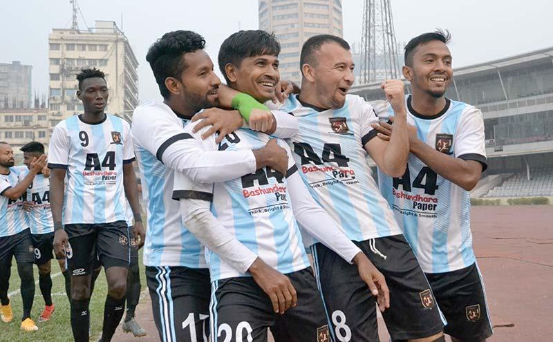 Sheikh Jamal Dhanmondi players celebrating after winning the match against Chittagong Abahani in the Bangladesh Premier League at Bangabandhu National Stadium, Dhaka on Monday.photo: BFF