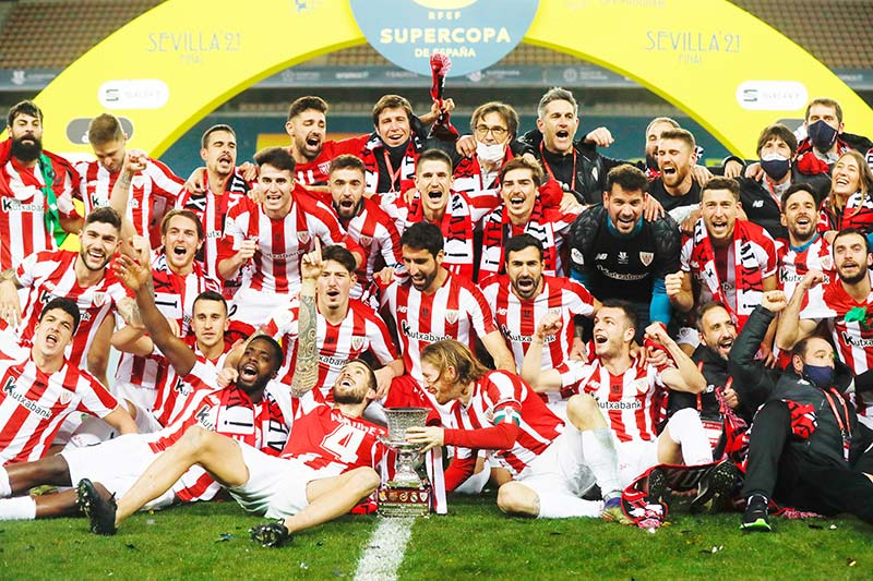 In this handout picture released by RFEF (Spanish Royal Football Federation) Athletic Bilbao players celebrate after winning the Spanish Super Cup final football match between FC Barcelona and Athletic Club Bilbao at La Cartuja stadium in Seville on January 17, 2021.photo: AFP