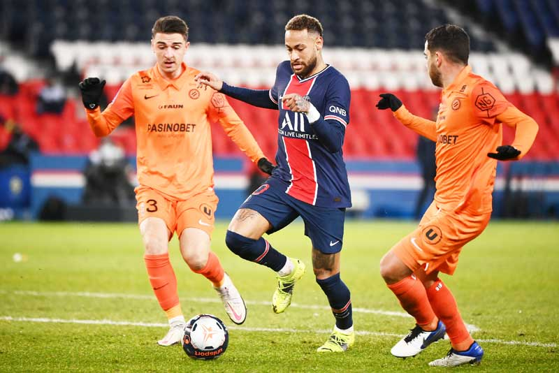 Paris Saint-Germain's Brazilian forward Neymar (C) drives the ball next to Montpellier's French defender Daniel Congre (L) during the French L1 football match between Paris-Saint Germain (PSG) and Montpellier at The Parc des Princes Stadium in Paris on January 22, 2021.	photo: AFP