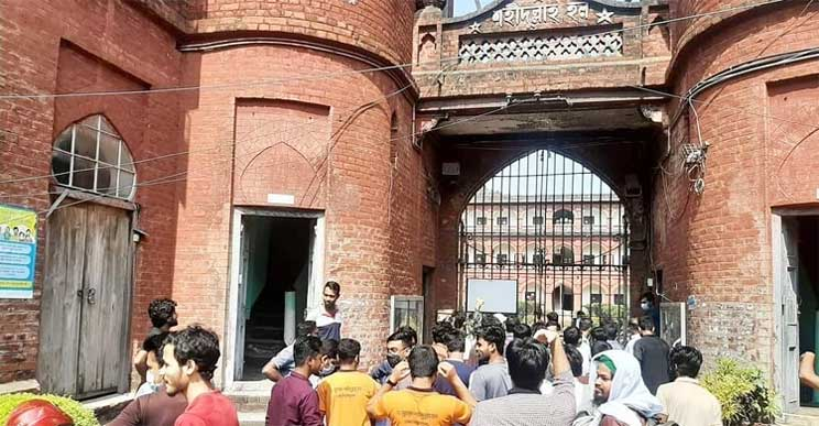 Now DU students enter halls breaking locks