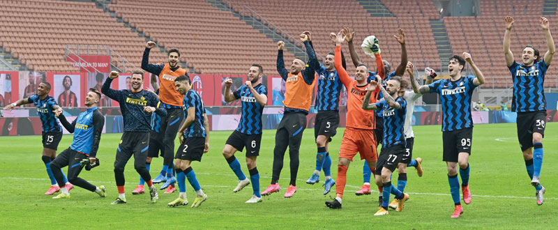 Inter players celebrate winning at the end of the Italian Serie A football match AC Milan vs Inter Milan on February 21, 2021 at the San Siro stadium in Milan. photo: AFP