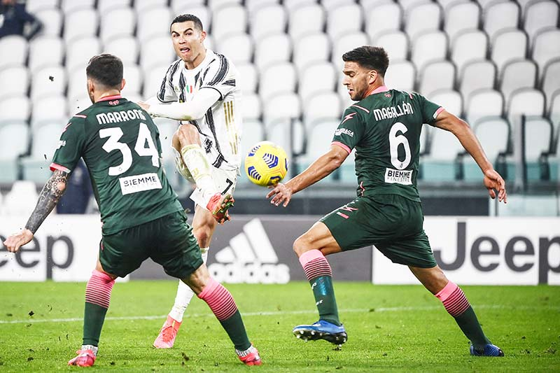 Juventus' Portuguese forward Cristiano Ronaldo (C) shoots between Crotone's Italian midfielder Luca Marrone (L) and Crotone's Argentine defender Lisandro Magallan during the Italian Serie A football match Juventus vs Crotone on February 22, 2021 at the Juventus stadium in Turin.photo: AFP