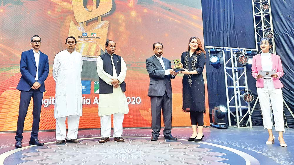 Jatiya Party Chairman and Deputy Leader of the Opposition in the Parliament GM Quader handing over the 'Digital Media Award 2020' to Walton's Director Sabiha Jarin Orona.