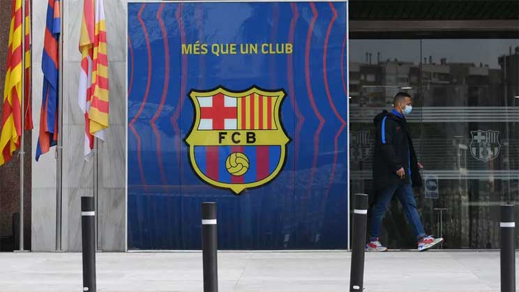 A police officer exits the offices of FC Barcelona on March 01, 2021. © Lluis Gene, AFP