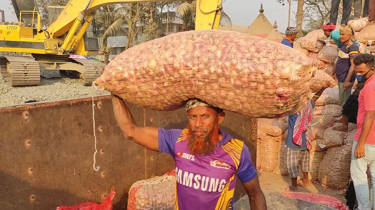 Onion import from India thru Hili landport resumes