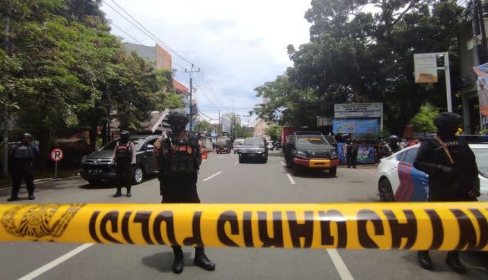 Suspected suicide bomber at Indonesia church wounds several