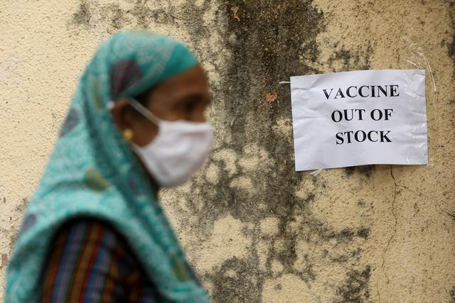A notice about the shortage of coronavirus diseasevaccine supplies is seen at a vaccination centre, in Mumbai, India, April 8, 2021. Photo: Reuters